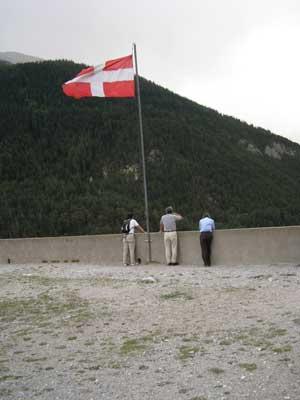 旗と三人の研究者